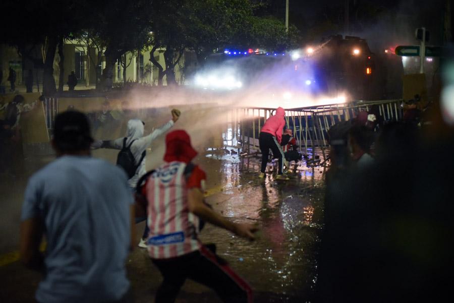 Hubo hinchas de Junior entre los manifestantes que se enfrentaron miércoles y jueves con la Policía, cerca del estadio Romelio Martínez, en Barranquilla.