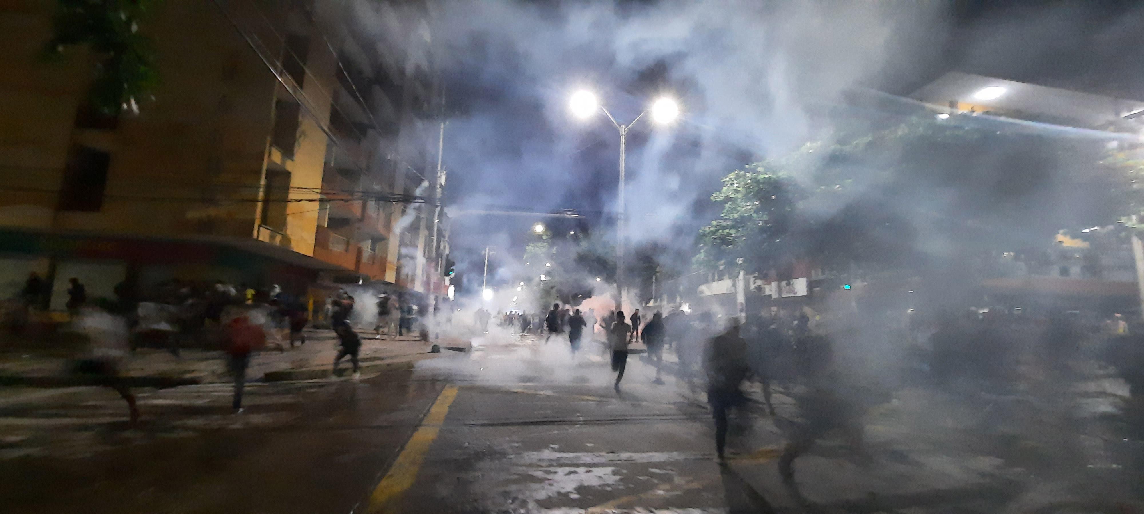Manifestantes huyen de los gases lacrimógenos lanzados por el Esmad de la Policía.