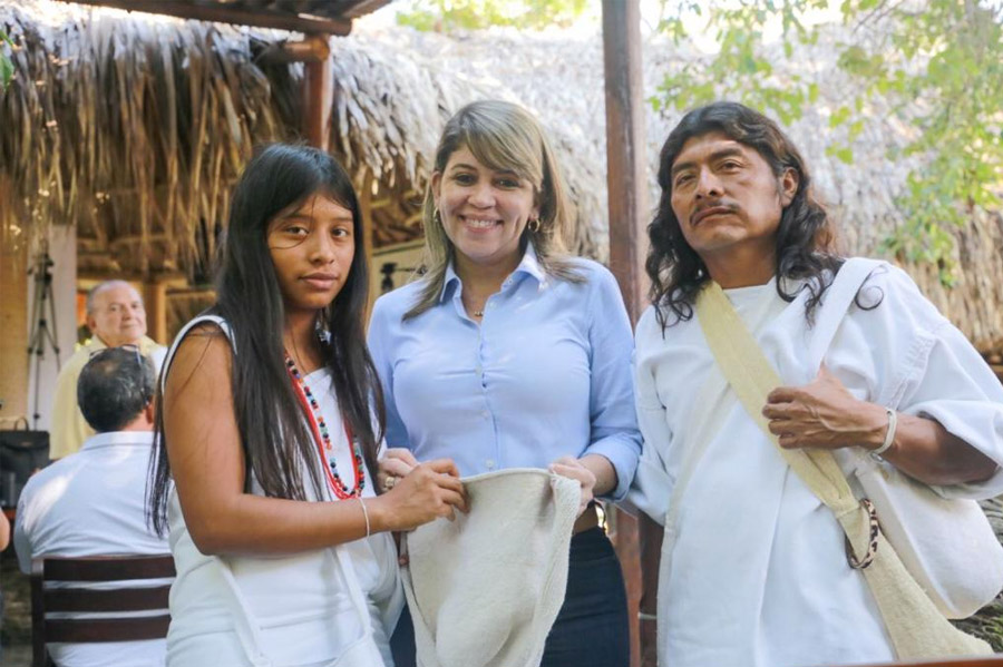 Carlos Caicedo Omar, gobernador del Magdalena, en la entrega de mercados al pueblo indígena arhuaco en la Sierra Nevada de Santa Marta. Fotos: tomadas de la página de la Gobernación del Magdalena